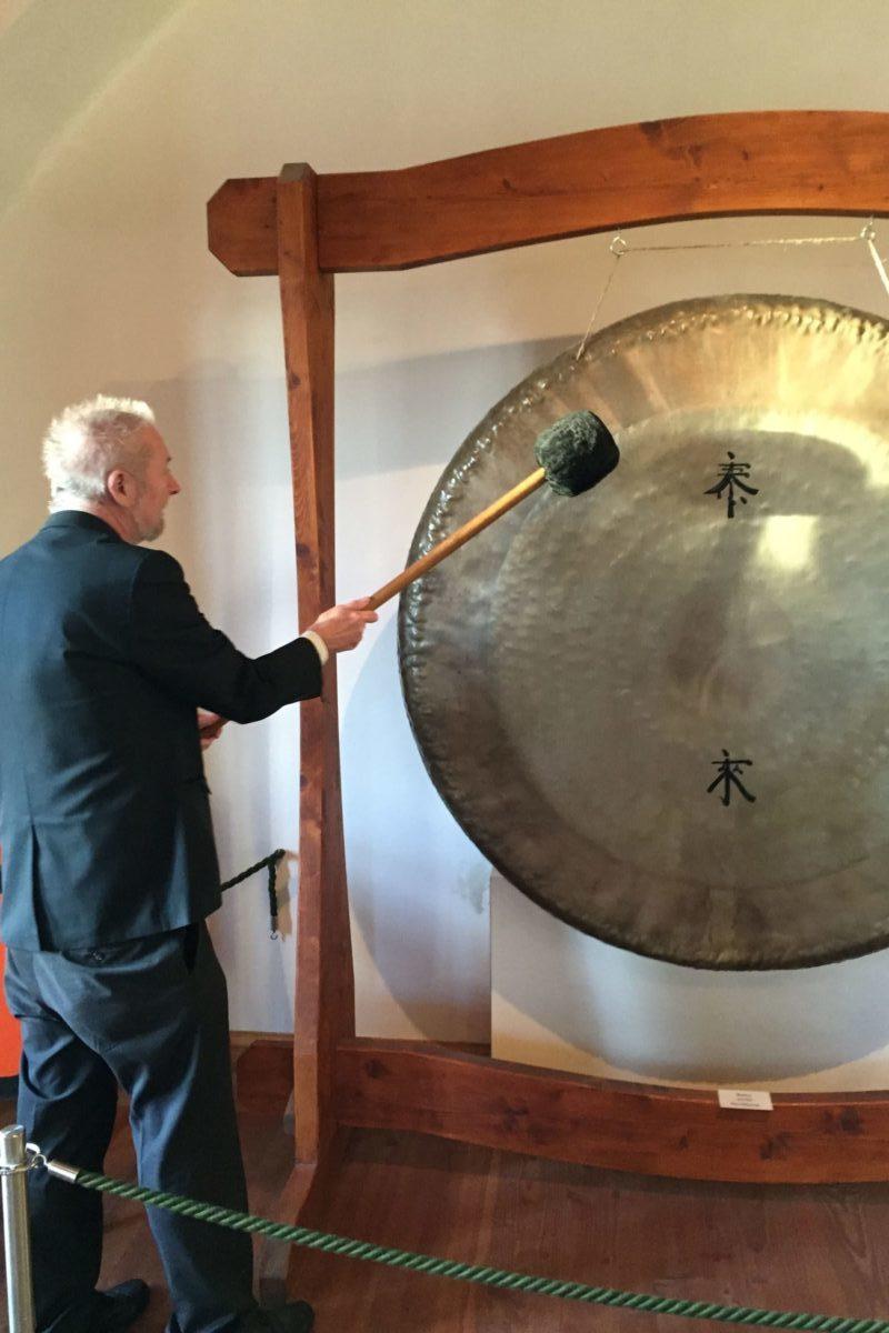 Mann in Pirna schlägt einen Gong